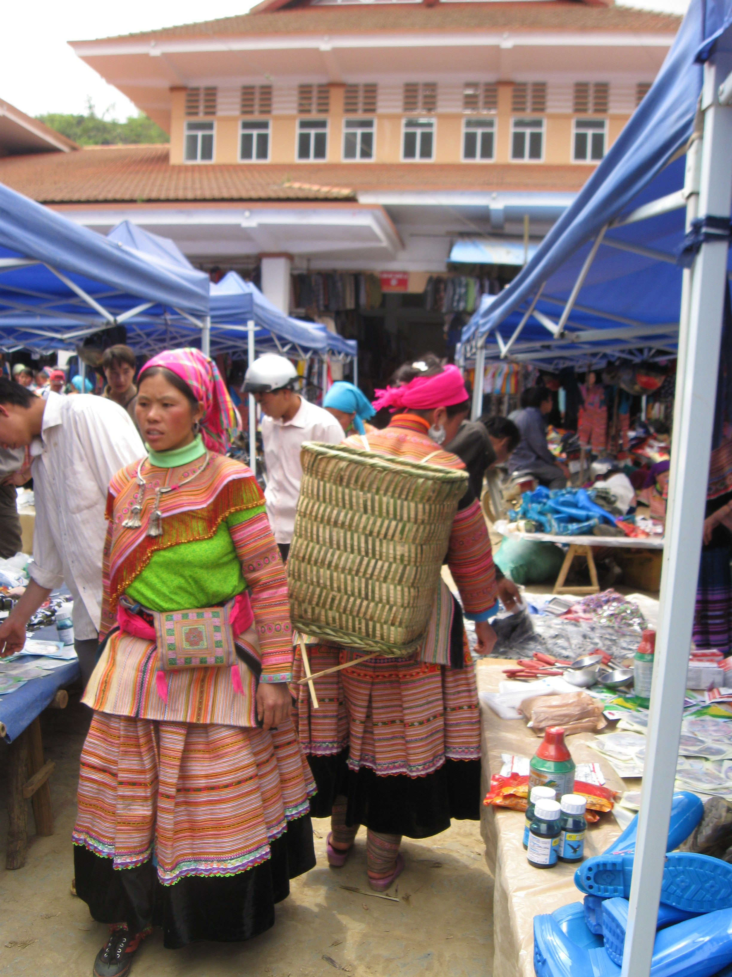 Flower Hmong women shopping at Bac Ha Markets