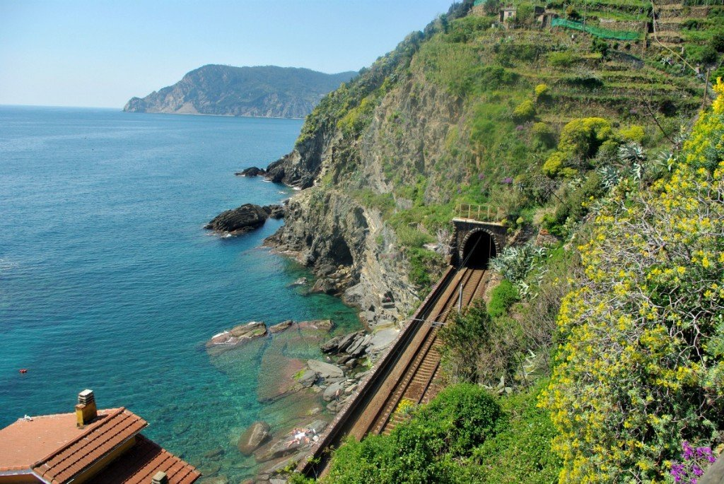 The train line on the Monterosso direction into Vernazza
