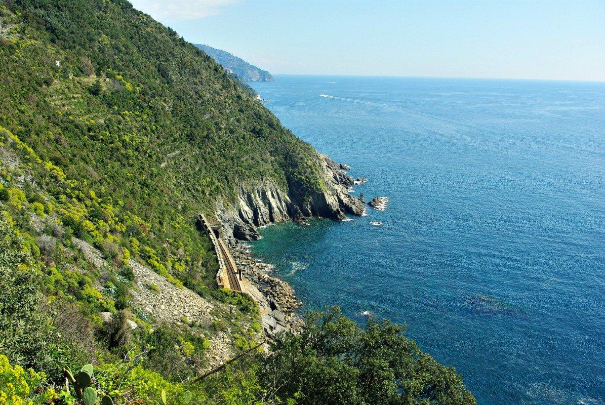 The train line leaving Vernazza for Corniglia
