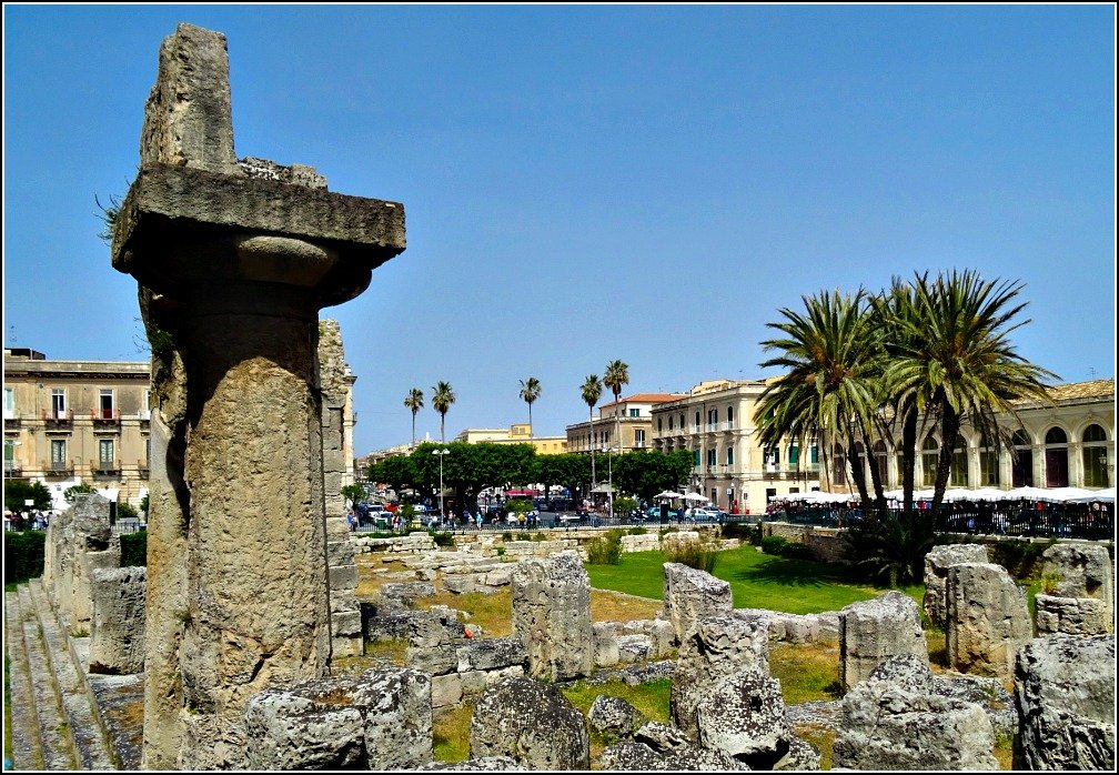 Siracusa Temple of Apollo at Piazza Pancali is a meeting place for travellers