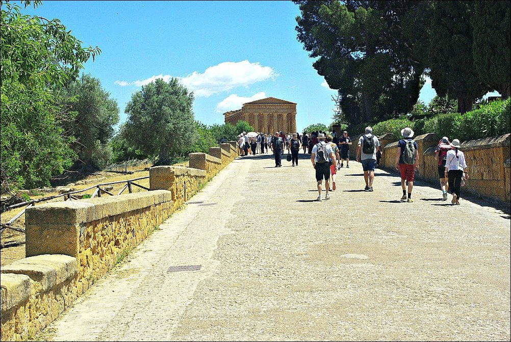 Temple of Concordia Agrigento approach