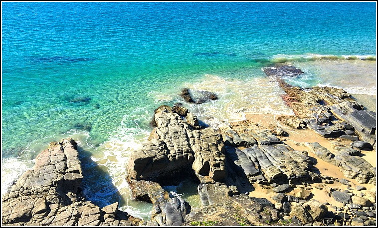 Looking down to the rocks and clear blue water from Noosa National Park Walk