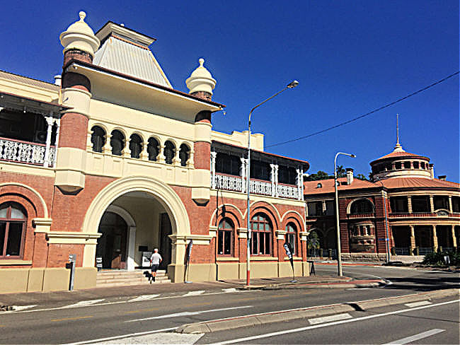 Exterior shot of historic Queens Hotel which now houses Wattles and Wagtails Cafe 2021